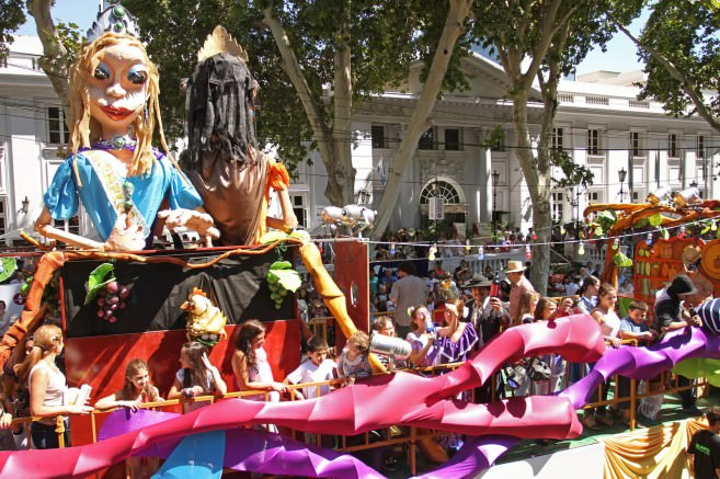 A float passes by Plaza Independencia