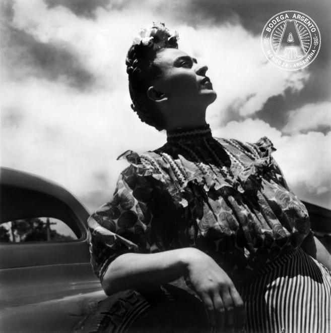 FRIDA KAHLO RECARGADA EN EL AUTO EN COYOACÁN, MÉXICO 1943