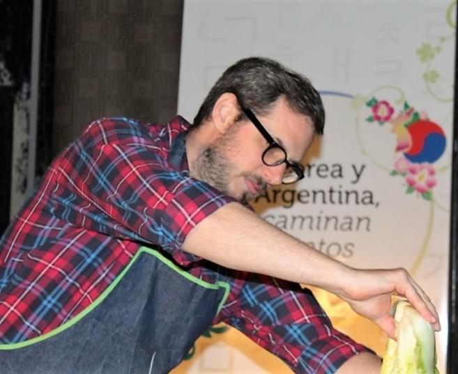 Yo haciendo kimchi en el CCCoreano. Foto Yumi Yun