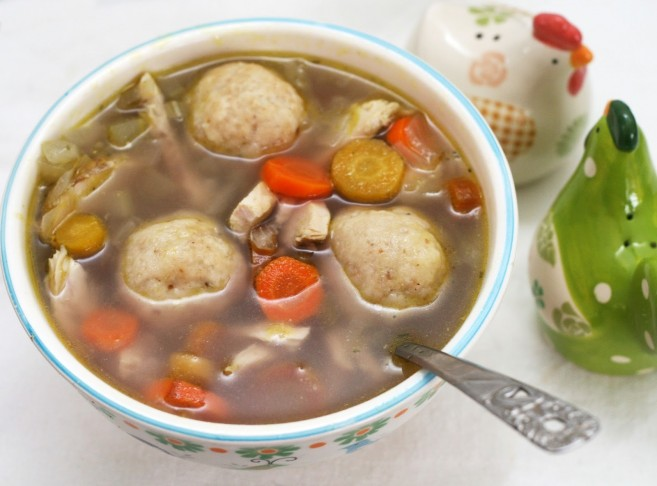 Sopa de kneidelaj, bolas de harina de matzá_Fuente web